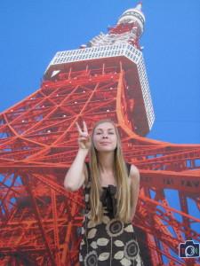 Datteren foran (en plakat av) Tokyo Tower